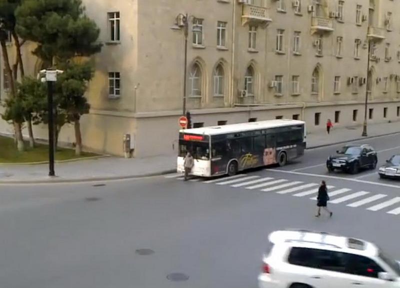 Смотреть онлайн парень пристроился к девушке в автобусе 21 фотография
