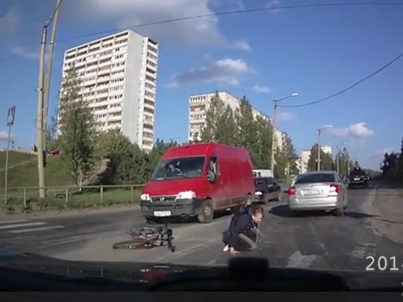 Велосипедист чуть не попал под колеса машины