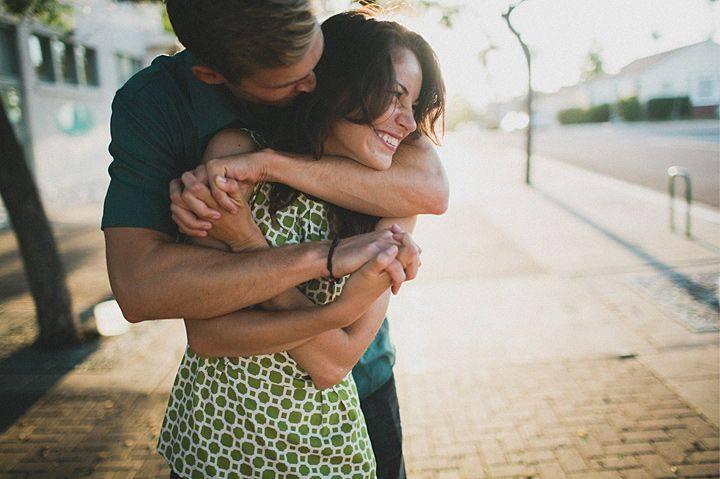 парень сзади обнимает девушку фото