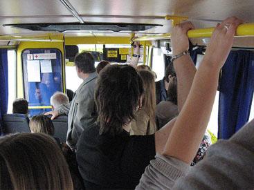 трогает смотрит щупает автобус