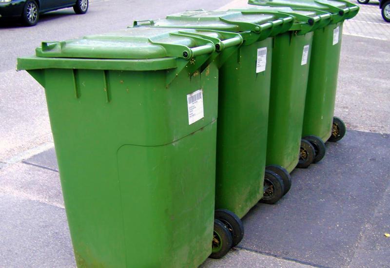 В Баку убирают мусорные баки