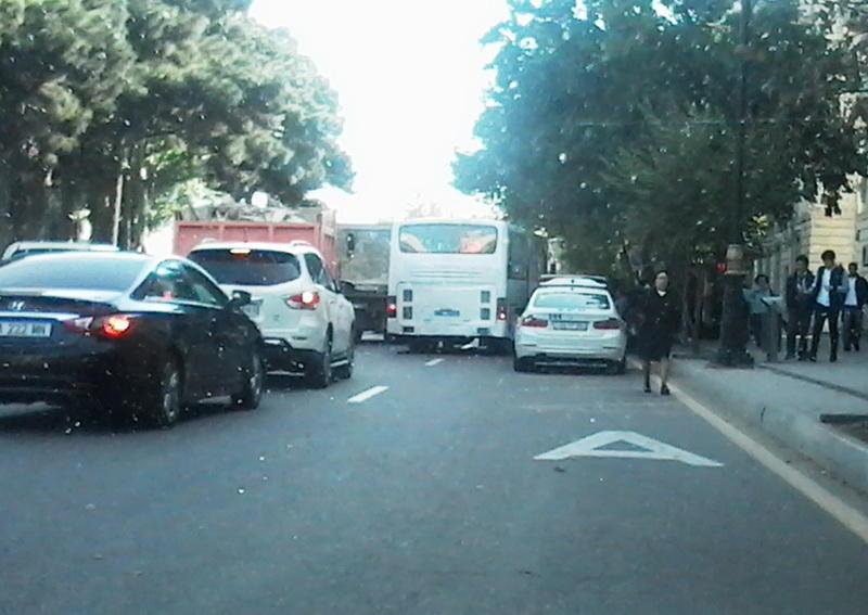 В Баку ДПС подает плохой пример водителям