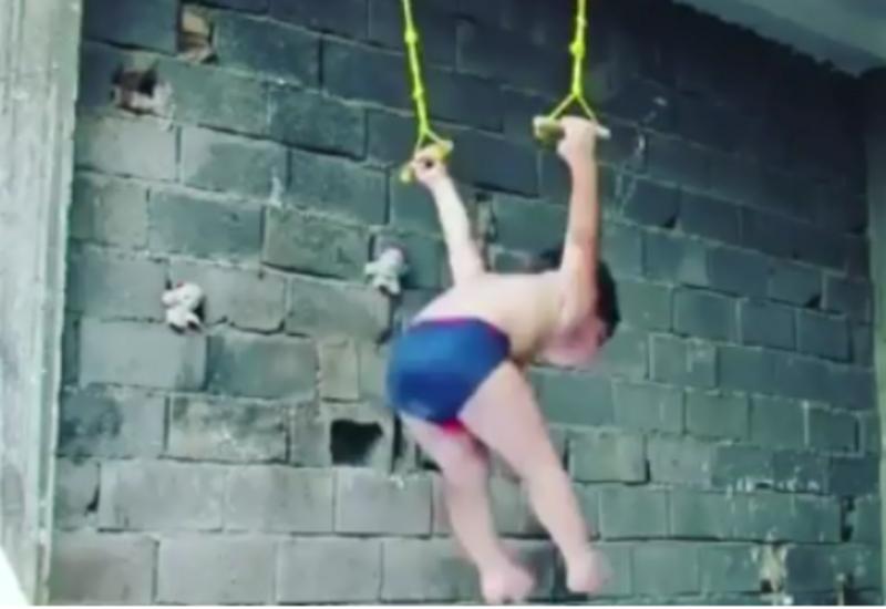 Это надо видеть: 2-летний гимнаст исполняет такое!