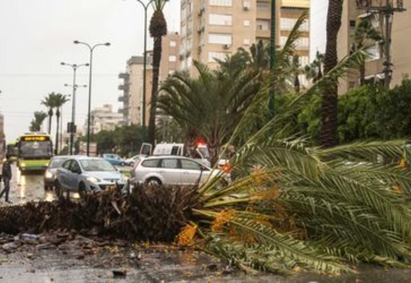 В Израиле ураган рушит дома и валит краны