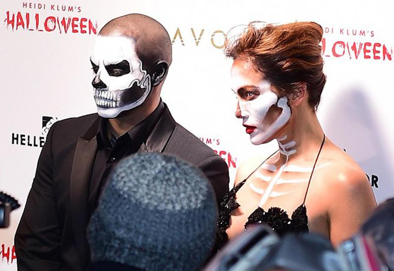 ДжейЛо в образе соблазнительного скелетона