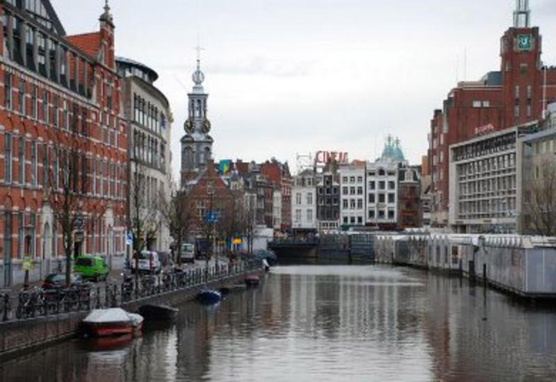 Тысячи человек в Амстердаме вышли протестовать
