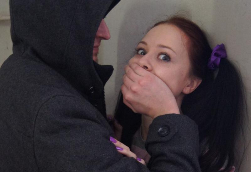 Мужчина полгода насиловал и пугал свою 16-летнюю дочь