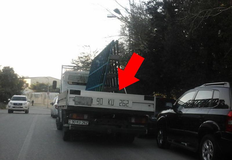 В центре Баку водители преградили дорогу