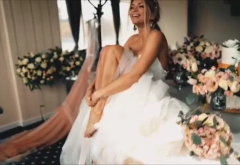 Вера Брежнева cтанцевала на столе в свадебном платье