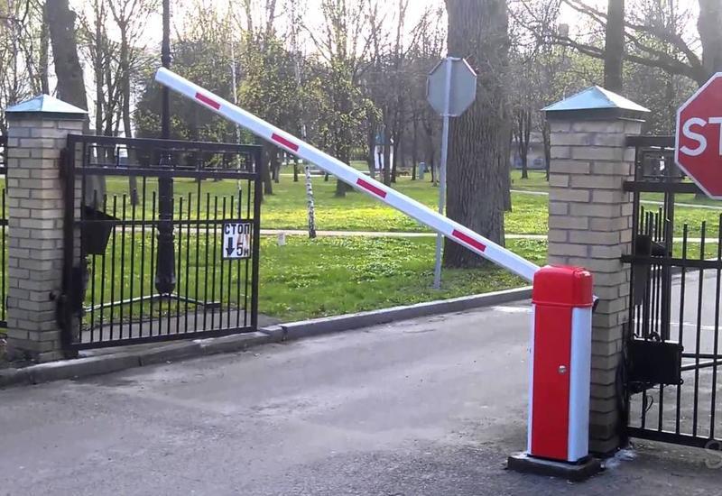 Жильцам новостройки в Баку запретили парковаться в своем дворе