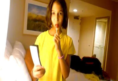 """Девочка шокировала отца, не сумев положить трубку на телефоне <span class=""""color_red"""">- ВИДЕО</span>"""