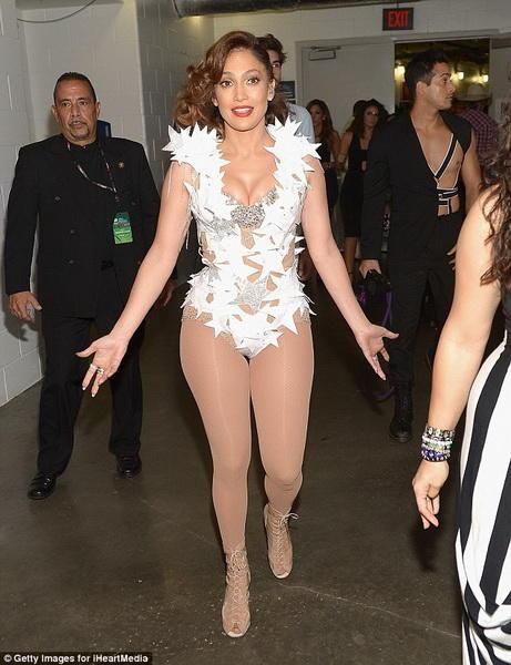 Дженнифер Лопес разделась на сцене в Майами