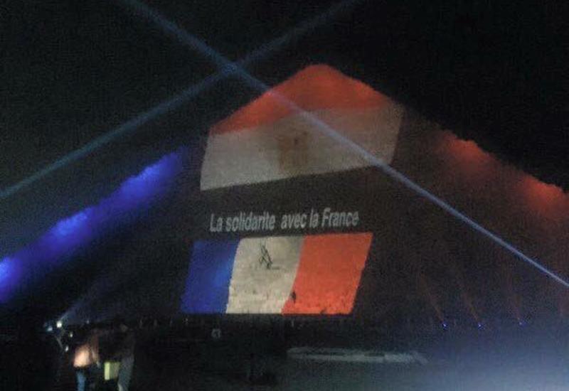 Египтяне окрасили пирамиды в цвета флагов трех стран