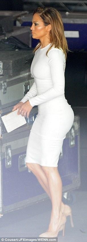 Дженнифер Лопес в шикарном платье с сексуальным вырезом