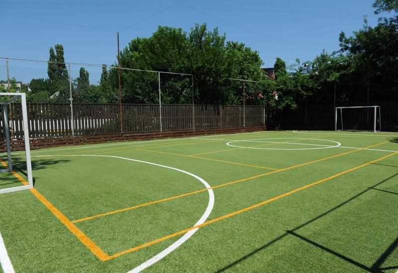 Учащиеся этой школы хотят играть в футбол, но не могут