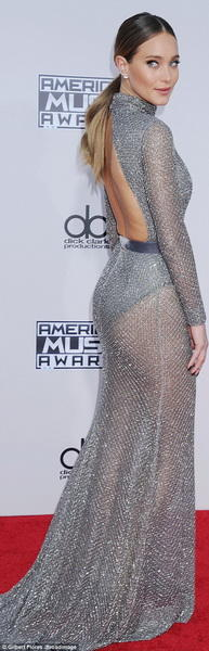 Самые яркие образы звезд на красной дорожке American Music Awards