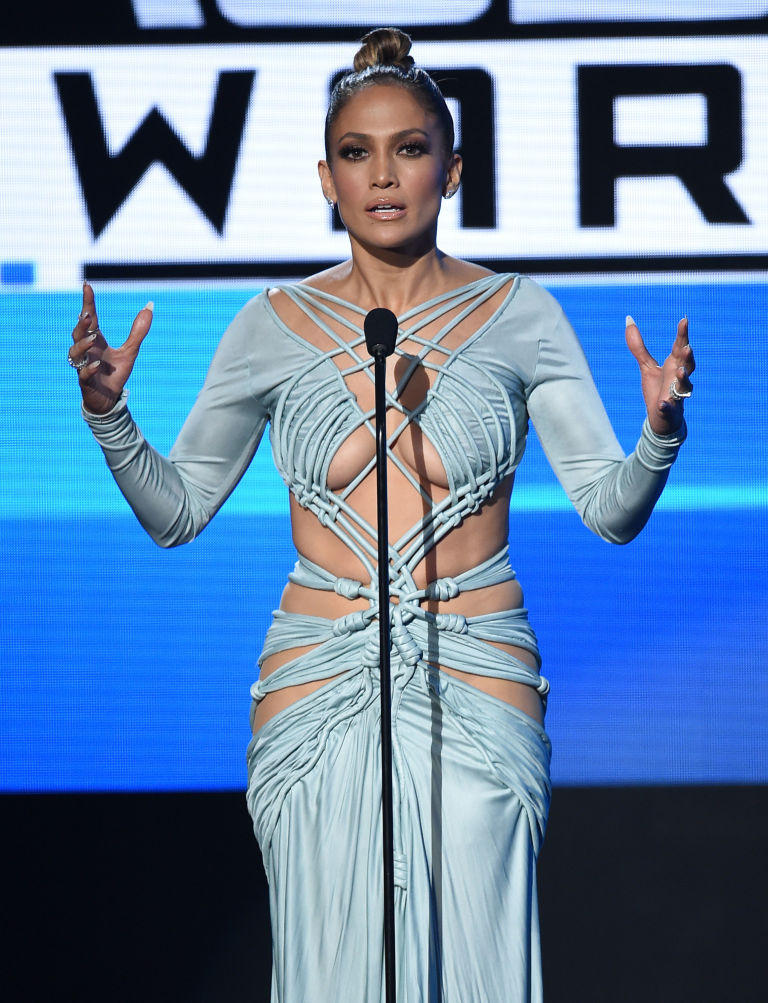 ДжейЛо сменила 10 откровенных нарядов на церемонии AMA