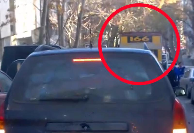 В Баку грузовое такси перекрыло дорогу