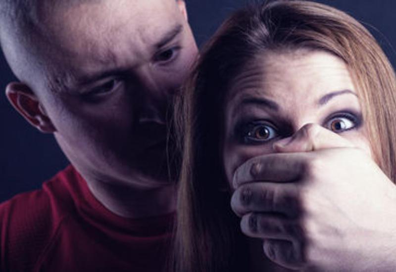 Сотрудник музея изнасиловал студенток, угрожая ножом