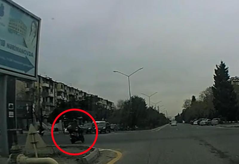 В Баку мотоциклист грубо нарушает правила