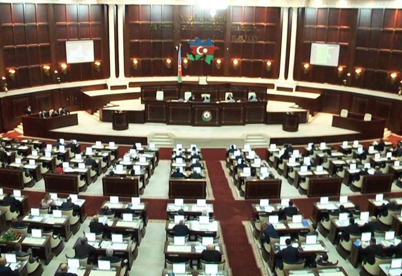 В парламенте Азербайджана обсуждается размер страховых премий по ОМС