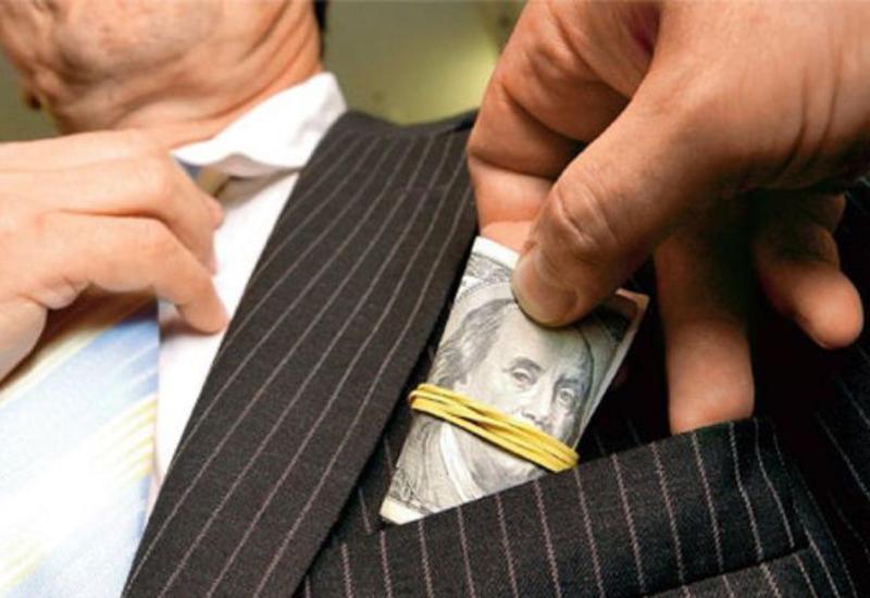 В Азербайджане наказали таможенника-коррупционера