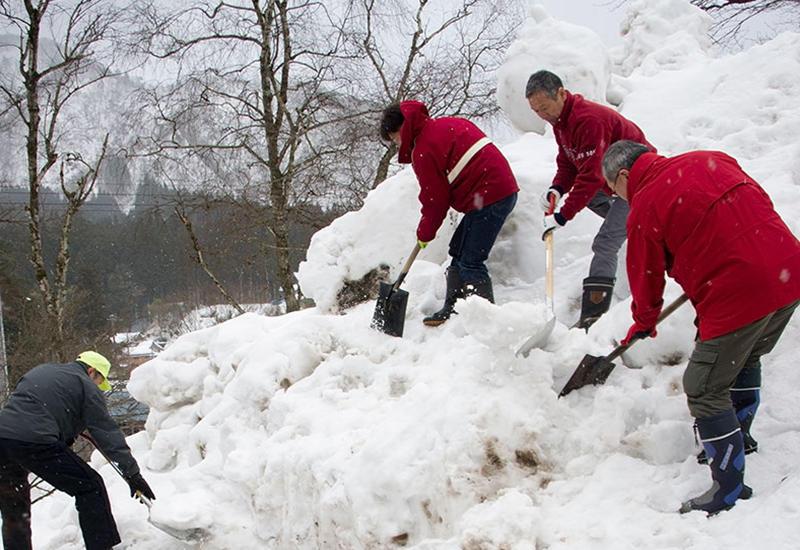 120 жителей горного отеля в Японии попали в снежный плен