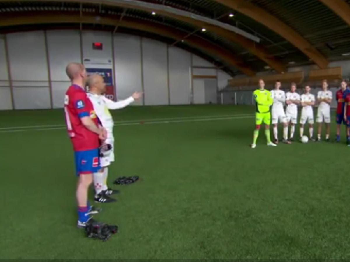Игра в футбол в очках виртуальной реальности заказать взлетка мавик эйр