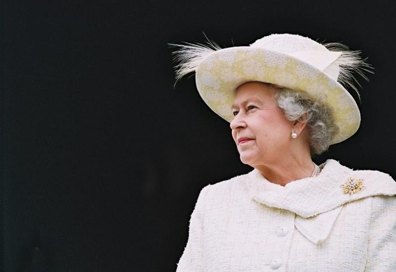 Елизавета II вернулась к исполнению королевских обязанностей после смерти супруга