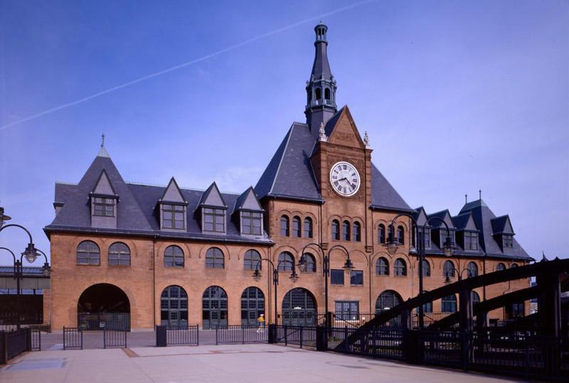 Вокзал Центральной железной дороги Нью-Джерси, Джерси-СитиС 1889 по 1967 год место было крупным транспортным узлом. Именно с него начинался путь иммигрантов, прибывающих в Америку. Потом схему движения изменили, и вокзал оказался заброшен. Из-за наводнения, вызванного ураганом Сэнди, сильно пострадали интерьеры здания, поэтому снимать его получится только снаружи.