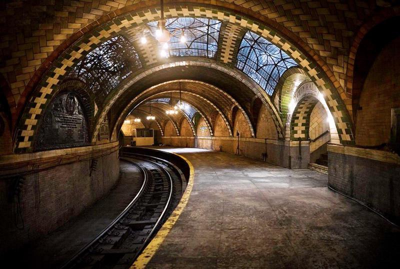 Станция City Hall, Нью-ЙоркСамая величественная станция нью-йоркского метрополитена City Hall в 1945 году была закрыта. Попасть в нее простому смертному задача достаточно сложная, но тем не менее выполнимая. Увидеть своими глазами витражи, столетнюю плитку и люстры можно, если посчастливится урвать место в специальном туре Музея транспорта Нью-Йорка.