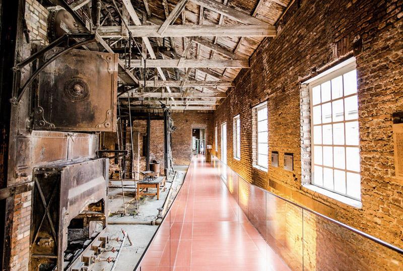 Frigorifico Bories, Пуэрто-Наталес, ЧилиС 1915 по 1971 здание служили холодным складом, пока предприятие не закрылось. Долгое время место оставалось заброшенным, пока в 1996 объекту не присвоили статус Национального исторического памятника. В 2010 году здание отреставрировали, сохранив оригинальную архитектуру девятнадцатого века, вдохновленную пост-викторианской Англией,и оборудовали в нем отель и музей.