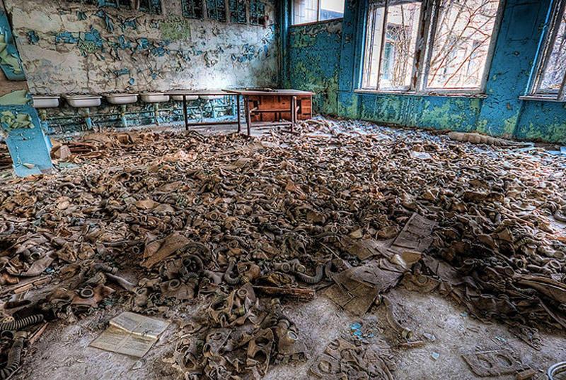 Чернобыль, УкраинаКрупнейшая ядерная катастрофа в истории стерла с лица земли целый город. О том, что здесь когда кипела жизнь, говорят лишь опустевшие здания, скрытые зарослями деревьев. Несколько лет назад в мертвую зону начали организовывать экскурсии. Теоретически, здесь можно зайти в любое здание, но поскольку все в округе заражено радиацией, в объекты лучше не заходить без знающего эти места гида и, конечно же, без дозиметра-радиометра.