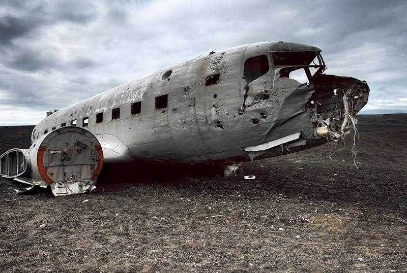 Соульхеймасандур, ИсландияВ ноябре 1973 года самолет Douglas C-117D ВВС США совершил аварийную посадку на южном побережье Исландии. Впоследствии с самолета сняли все ценные части, а сам летательный аппарат распилили и оставили лежать на том же месте: всего в двух часах езды на машине от Рейкьявика.