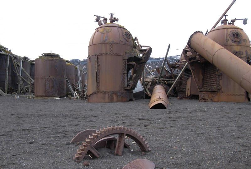 Остров Десепшен, АнтарктидаВ начале 20 века на острове располагались многочисленные научно-исследовательской станции и китобойни. Но из-за частых вулканически извержений и землетрясений их оставили. Проплывая мимо, участники антарктических круизов непременно делают здесь остановку, чтобы запечатлеть заброшенные руины.