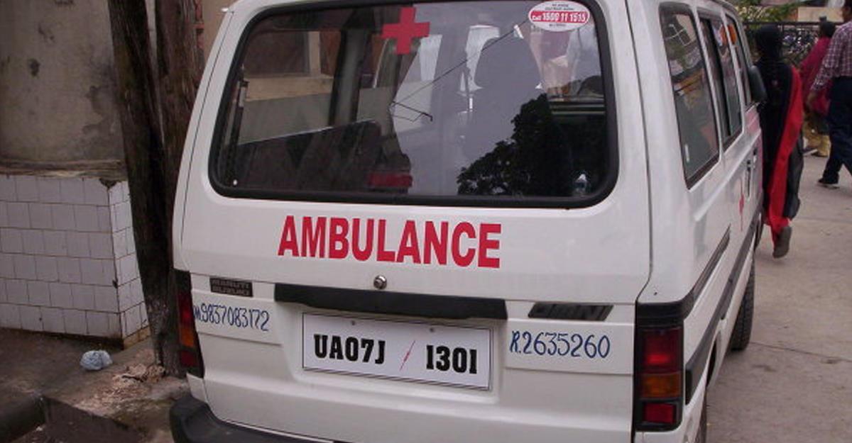 ВИндии переполненный людьми грузовой автомобиль упал смоста Сегодня в11:03