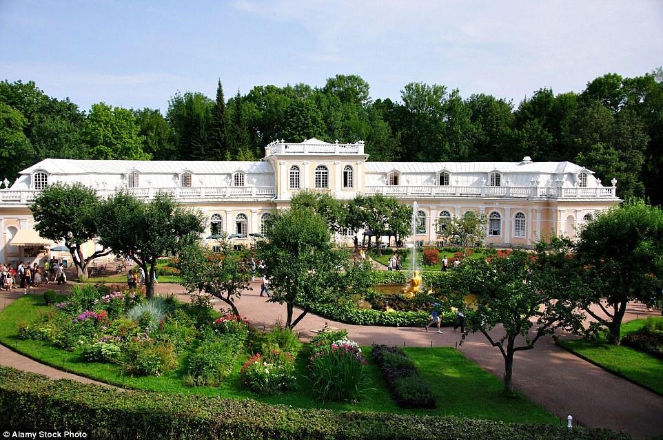 Петергоф известен своими многочисленными фонтанами. На фото: фонтан