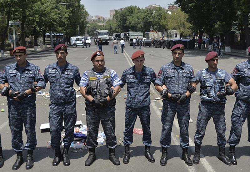 Армянский спецназ готовится к штурму захваченного здания полиции