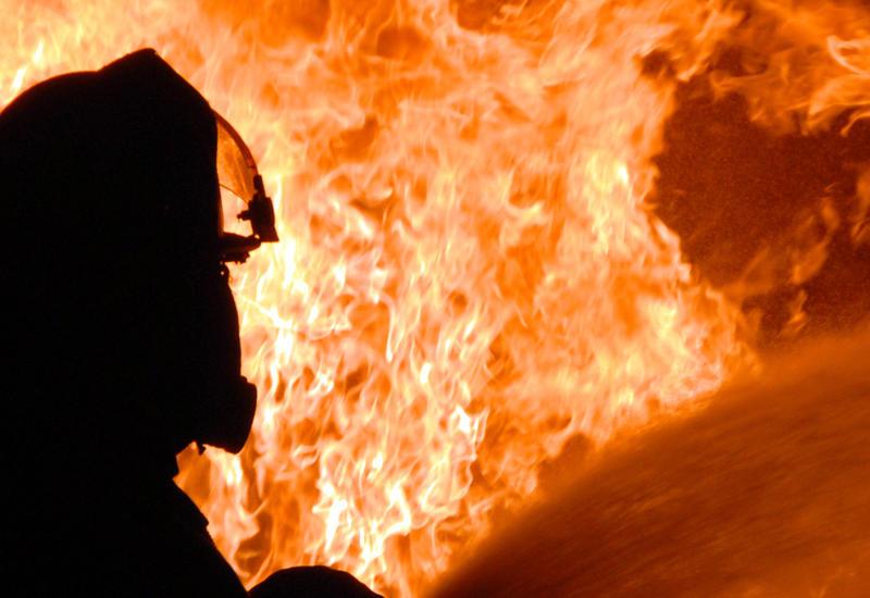 """Девушка, спасаясь от пожара, сорвалась с пятого этажа <span class=""""color_red"""">- ВИДЕО</span>"""