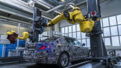 """Роботы BMW научились создавать трехмерную модель новой """"пятерки"""" - ФОТО"""