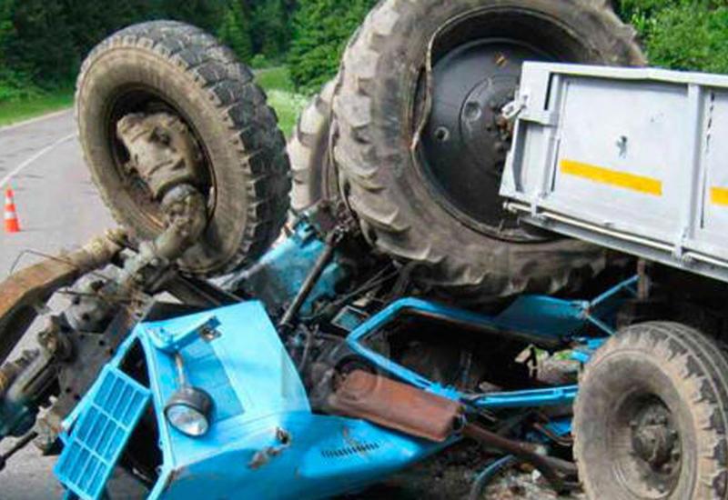 23-летний парень остался под перевернувшимся трактором в Сабирабаде
