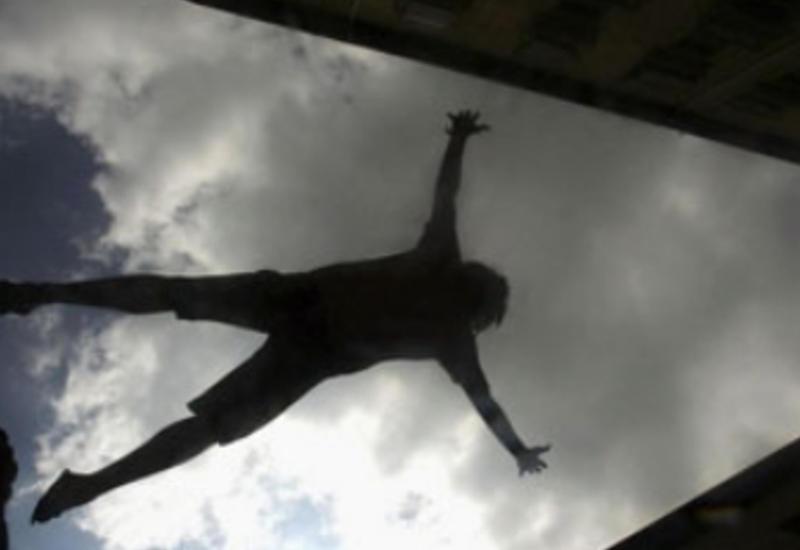 Нелепое падение парня с балкона попало на камеры