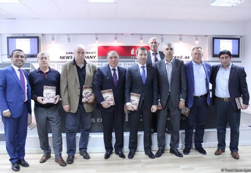 В Баку презентована книга с участием легендарных футболистов