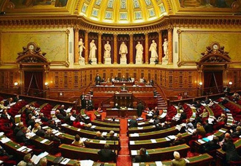 Парламент Франции отклонил вотум недоверия правительству страны