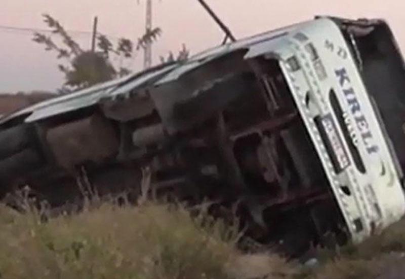Türkiyədə şagirdləri daşıyan avtobus aşıb: