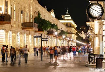 """У Торговой нет плохой погоды: необычные снимки самой знаменитой улицы Баку <span class=""""color_red"""">- ФОТО</span>"""
