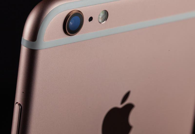 Школьница умерла от прикосновения к зарядке iPhone во сне
