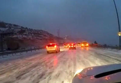 """Обледеневшие автомобильные дороги Баку <span class=""""color_red"""">- ВИДЕО</span>"""