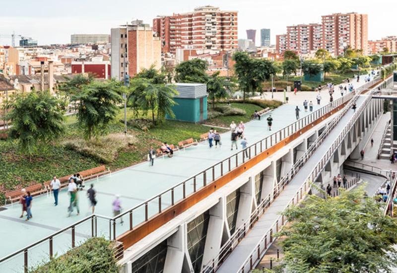 Необычный парк поверх железной дороги в Барселоне