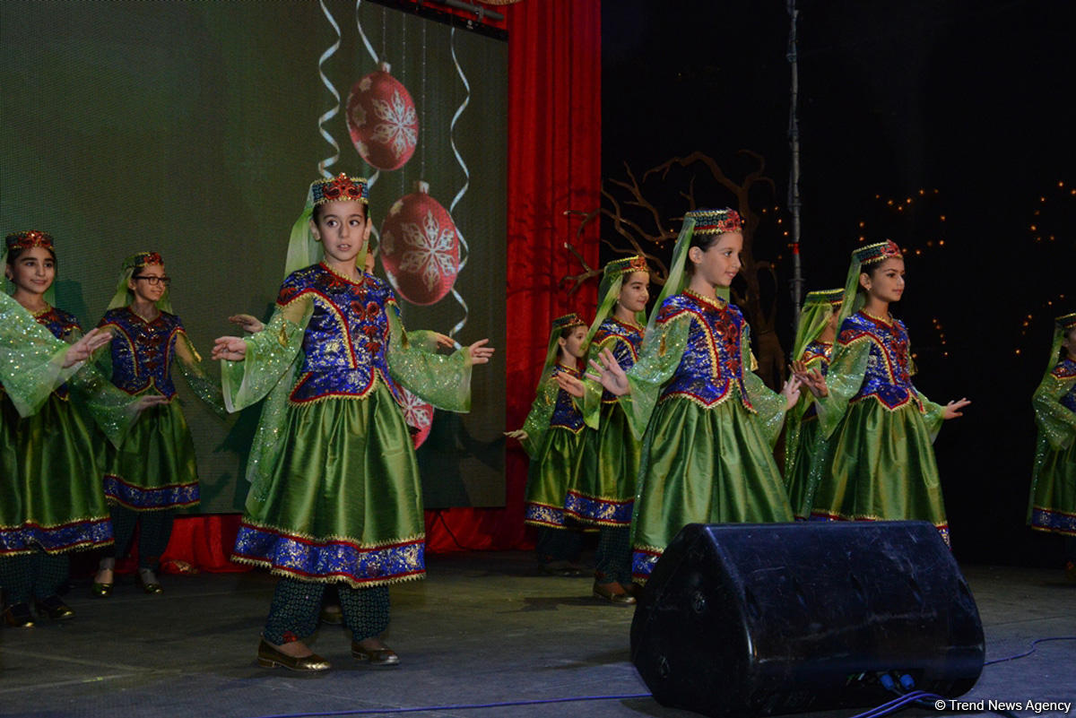 """Тысячи бакинцев посетили открытие благотворительной ярмарки """"Холодные руки - горячее сердце"""""""